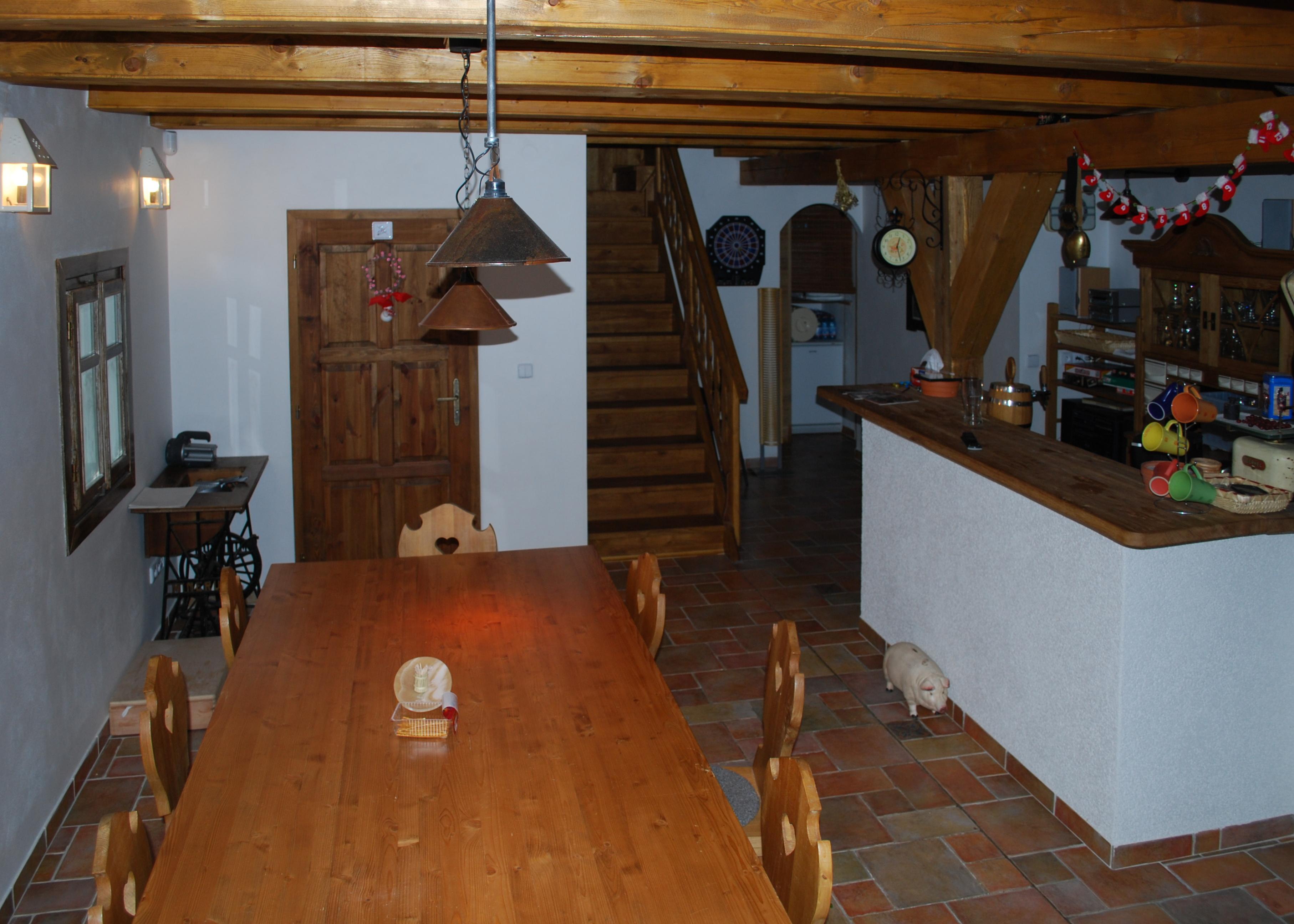 světnice - jídelní stůl a bar